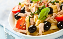 Nudelsalat mit Oliven und Thunfisch in italienischer Variante – nicht nur für Fischliebhaber
