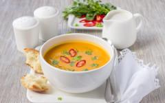 Vegane Thai-Kürbissuppe mit Kokosnussmilch